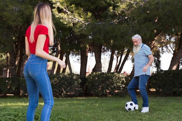 Vater und tochter spielen fußball