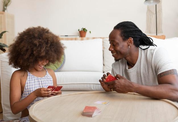 Vater und tochter spielen mit karten
