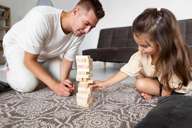 Vater und tochter spielen zusammen ein spiel