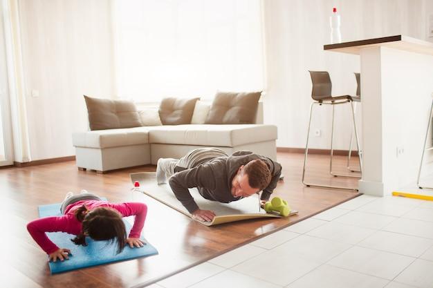 Vater und tochter trainieren zu hause