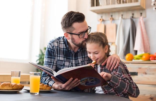 Vater und tochter zusammen auf dem frühstückstisch