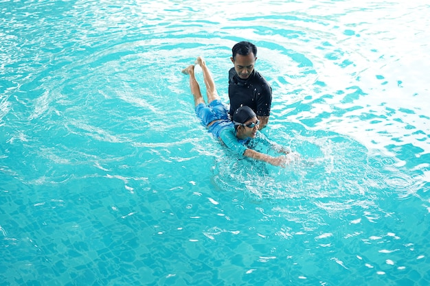 Vater unterrichtet tochter zu schwimmen