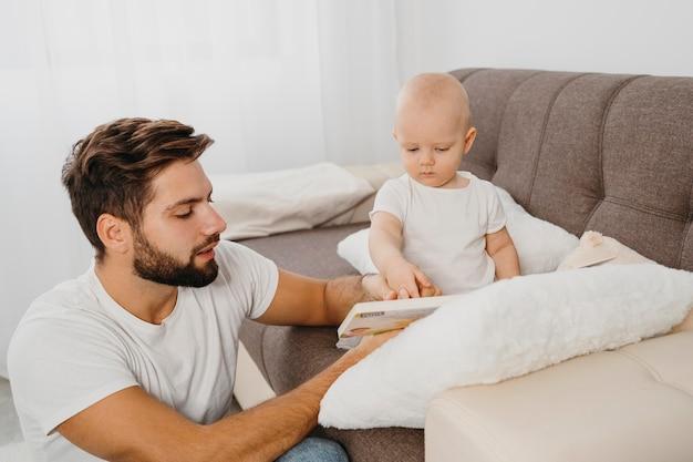 Vater verbringt zeit mit seinem baby zu hause
