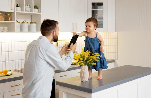Vater verbringt zeit mit seinem baby