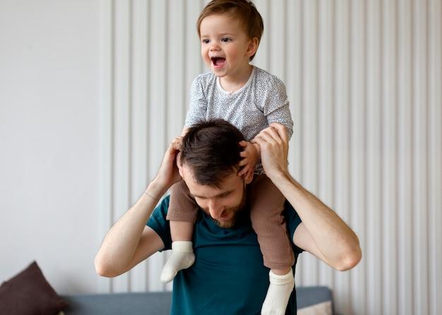 Vater verbringt zeit mit seinem kleinen mädchen