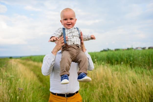Vater wirft seinen einjährigen sohn in den himmel