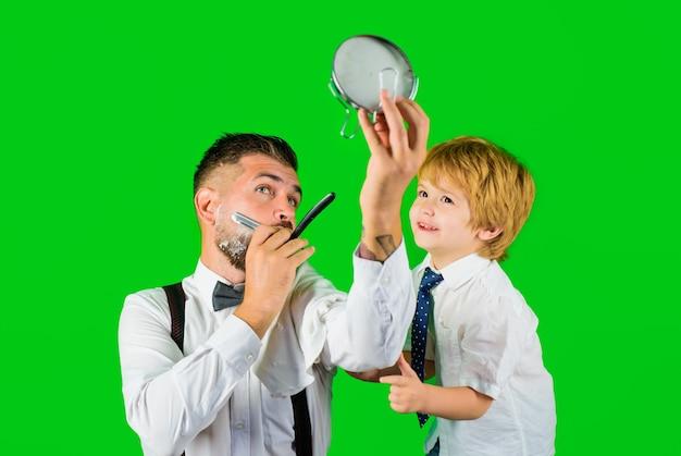 Vatertag familientag bart rasieren im friseursalon bartpflege familienzeit kleiner friseursalon