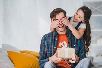 Vatertag-Konzept mit Tochter, die Vateraugen bedeckt