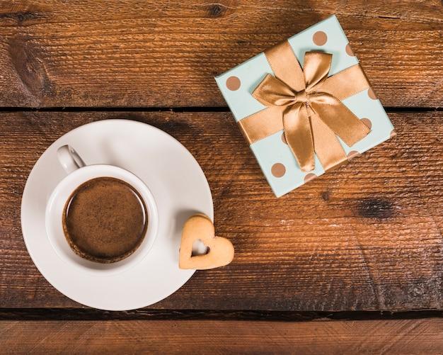 Vatertags-komposition mit geschenkbox