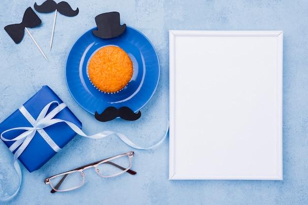 Vatertagsdekor mit geschenk- und kopierraum-notizblock