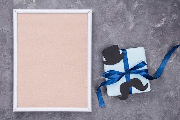 Vatertagsgeschenk mit bändern draufsicht