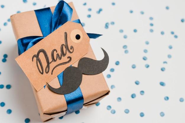Vatertagsgeschenk mit etikett auf dem tisch