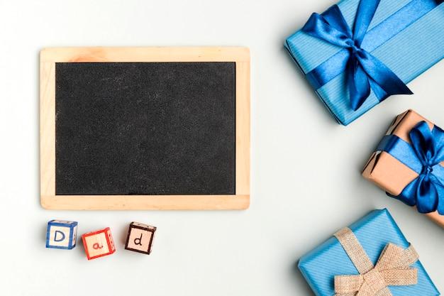 Vatertagsgeschenke des draufsichtbündels auf dem tisch