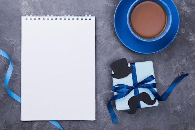 Vatertagsgeschenke mit leerem notizblock