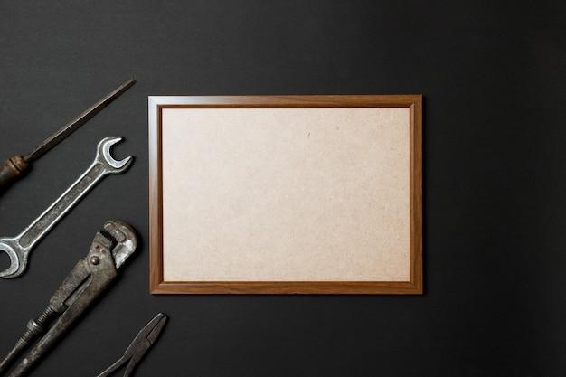 Vatertagsgrußkartenkonzept. alte werkzeuge der weinlese auf schwarzem papierhintergrund. flach legen platz kopieren.