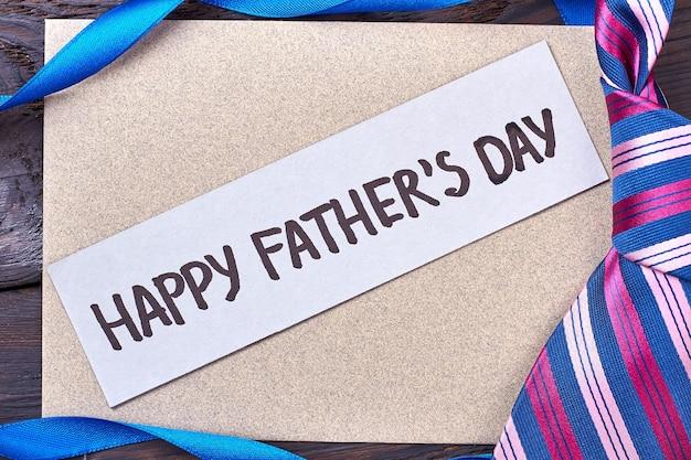 Vatertagskarte in der nähe von krawatte. band und grußkarte. geschenk für den lieben papa.