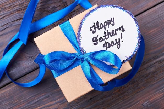 Vatertagskarte und geschenk. grußkarte und schleife. handgemachter gruß für papa.