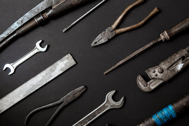 Vatertagskonzept. alte werkzeuge der weinlese auf schwarzem papierhintergrund