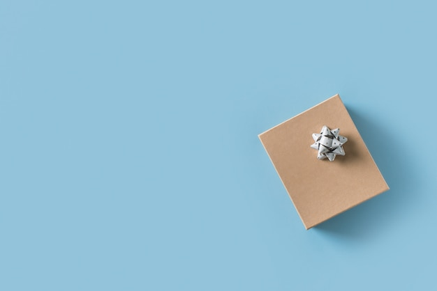 Vatertagskonzept mit geschenkbox auf blauem hintergrund