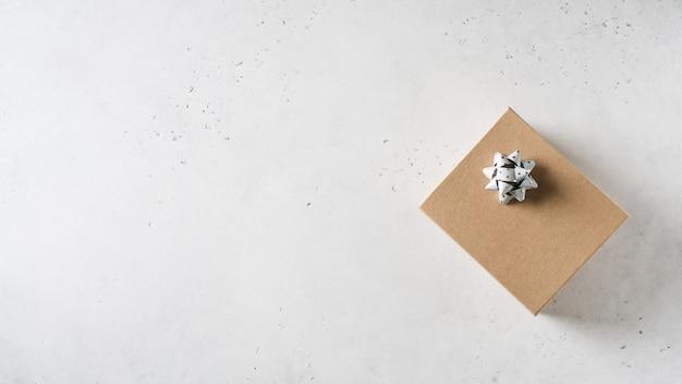 Vatertagskonzept mit geschenkbox auf weißem hintergrund