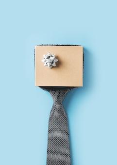 Vatertagskonzept mit geschenkbox und bindung auf blauem hintergrund