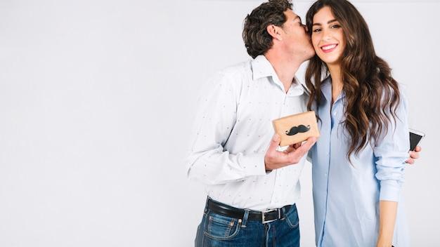 Vati mit smarthone, der tochter für geschenk dankt