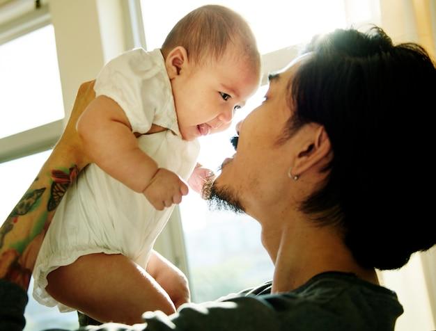 Vati und baby, die zusammengehörigkeits-liebe emotional spielen