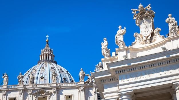Vatikanstadt in rom. detail der kuppel der kirche st. peter auf der bernini-kolonnade