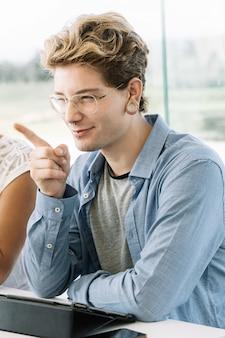 Vboy mit erhobenem finger und einem geschlossenen auge mit einem rechten ausdruck