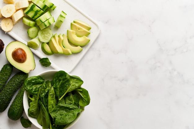 Vegan food vegetarianism set aus grünem gemüse und bananenscheiben zutaten für smoothies