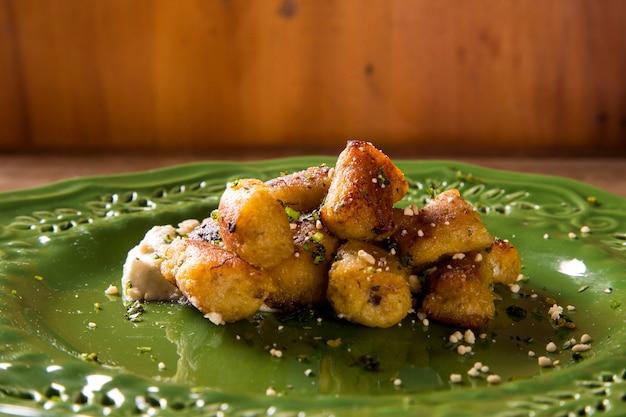 Vegane bananen-gnocchi mit weißer sauce