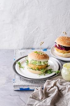 Vegane burger mit avocado, rote beete und sauce
