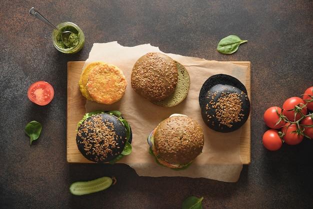 Vegane burger mit gemüse frikadellen und sauce pesto pest