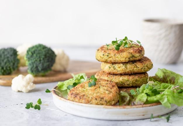 Vegane burger mit quinoa-brokkoli-blumenkohl gesundes veganes essen