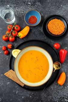 Vegane cremesuppe mit roten linsen