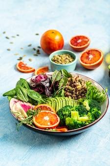 Vegane, entgiftende buddha-schale mit obst und gemüse. ausgewogenes essen. leckere entgiftungsdiät. vertikales bild