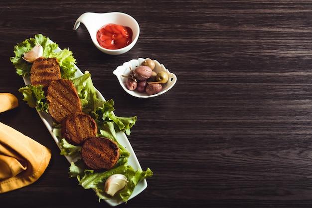 Vegane gastronomie, seitan ist vegetarisches fleisch. kopieren sie platz