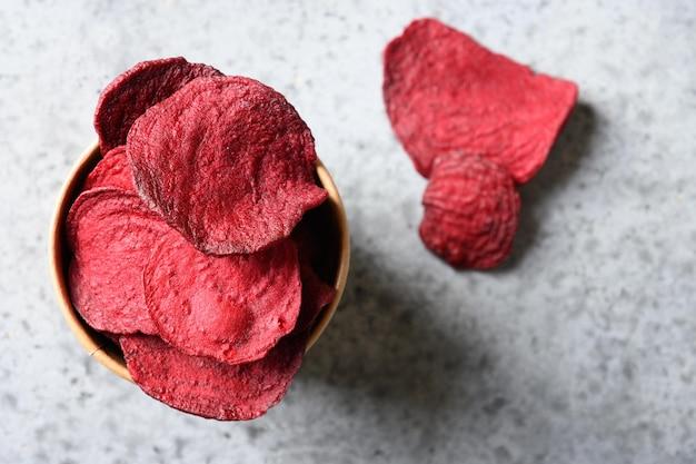 Vegane gemüse-rote-bete-chips in grauer schüssel