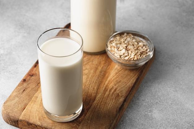 Vegane hafermilch mit schüssel haferflocken schließen oben