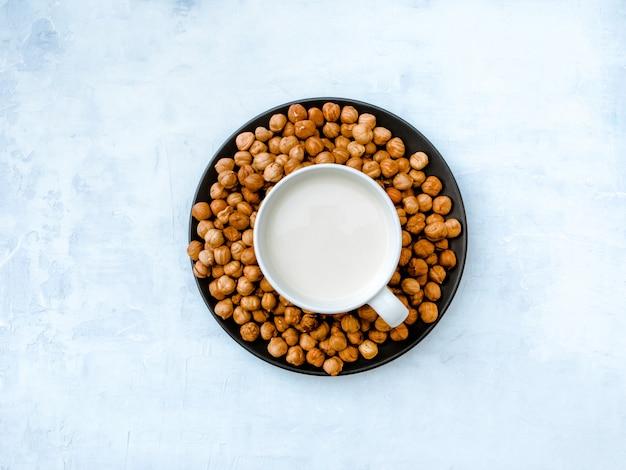 Vegane haselnussmilch. ansicht von oben