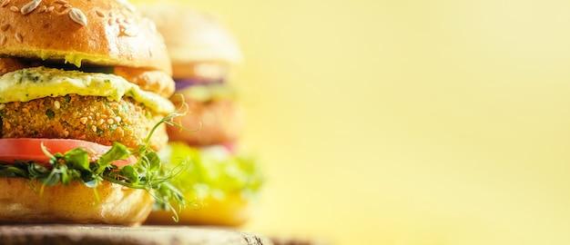Vegane hausgemachte burger mit glutenfreiem brötchen und schnitzel auf gemüsebasis