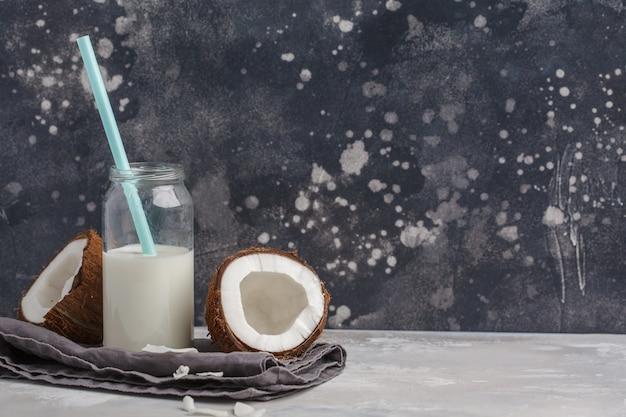 Vegane kokosmilch ohne milchprodukte in der flasche