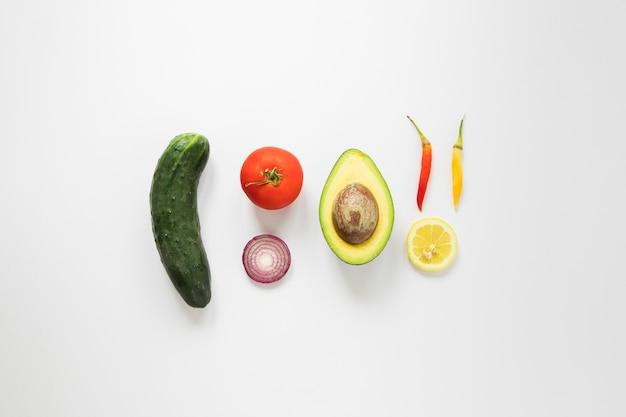 Vegane leckereien auf weißem hintergrund