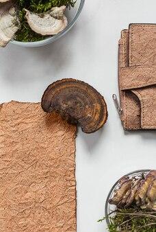 Vegane ledergeldbörse aus pilzmyzel und veganen biolederproben draufsicht, umweltfreundliches konzept