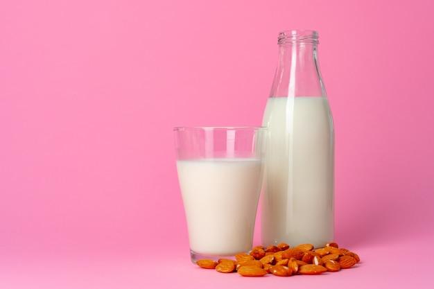Vegane milch ohne milchprodukte aus nüssen in glaswaren gegen rosa nahaufnahme