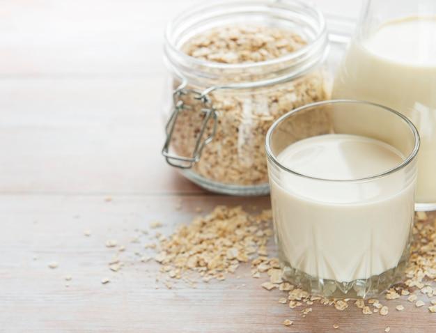 Vegane milchalternative ohne milchprodukte. haferflocken milch