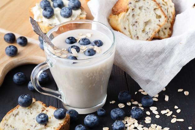 Vegane nichtmilch-hafermilch mit beeren und brot
