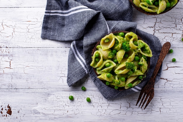 Vegane nudeln mit grüner soße