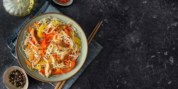 Vegane nudeln mit sojafleisch und gemüse