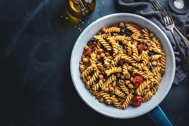 Vegane pasta mit gemüse und kichererbsen